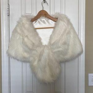5 for $25 item 🌺 Beautiful White Faux-Fur Wrap